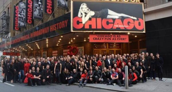 """John Kander con miembros de varios repartos de """"Chicago"""" celebrando su"""