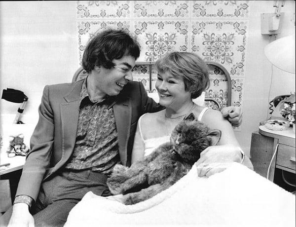 Andrew Lloyd Webber visita a Judi Dench obligada a hacer reposo