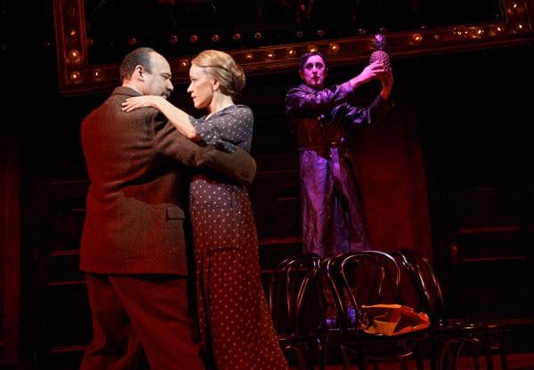 Danny Burstein, Linda Emon y Alan Cumming en la producción de Broadway del 2014