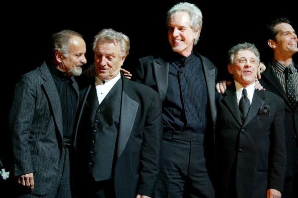Joe Pesci con Tommy DeVito, Bob Gaudio y Frankie Valli saluda al final del estreno del musical en Broadway